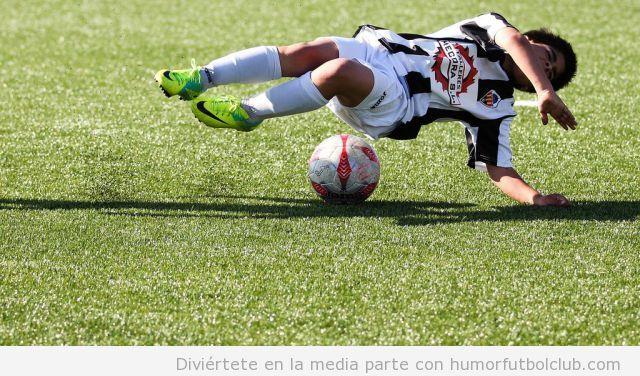Jugador de fútbol parece estar bailando Break Dance