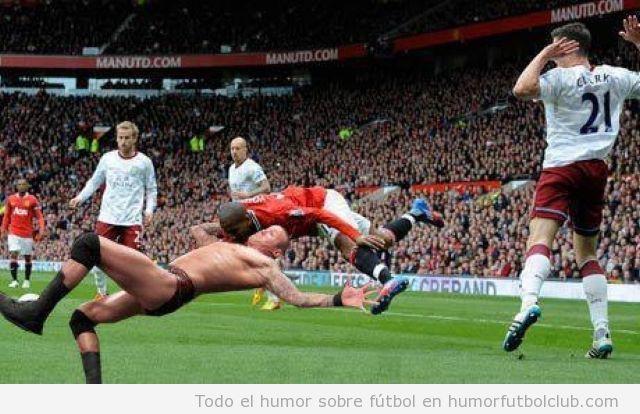 Imagen photoshopeada con jugador lucha libre tira a un futbolista