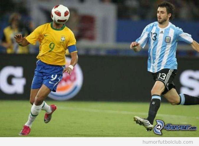 Jugador de la selección brasil parece un Alien con el balón en la cara
