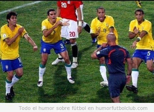 Jugadores de la selección de futbol de Brasil piden manos al árbitro o bailan Macarena