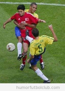 Dos jugadores de fútbol de la selección de brasil en lance juego