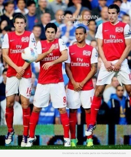 Futbolista del Arsenal se tapa sus partes íntimas en una barrera de una falta