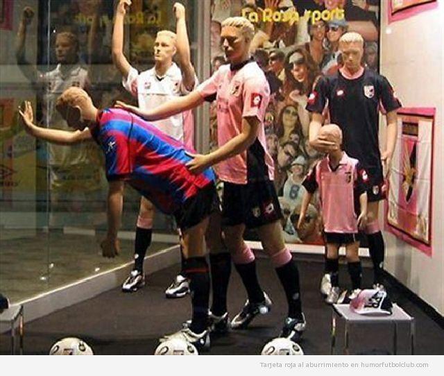 Maniquies de una tienda de deportes con la camiseta del Palermo y del Catania en posición sexual