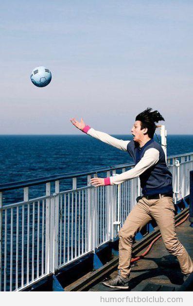 Balón de fútbol cae al agua del mar