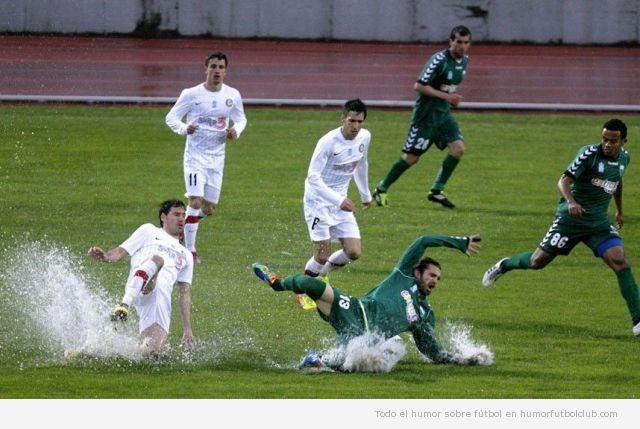 Jugador de fútbol se cae en un campo lleno de agua, es un piscinazo