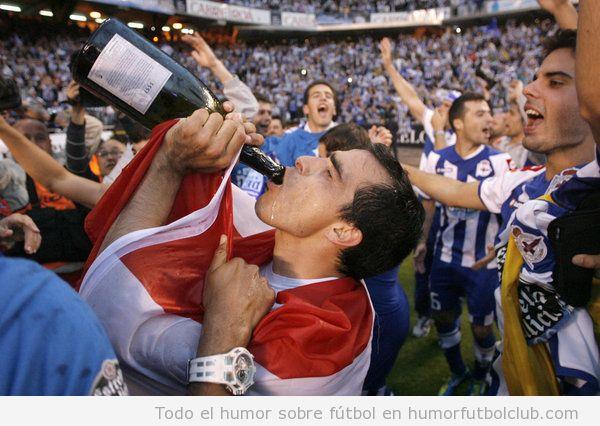 Claudio Morel bebe champagne en la celebración del ascenso del Deportivo de la Coruña a primera