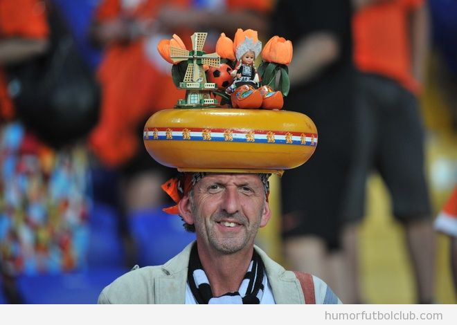 Aficionado de la seleccin de holanda con un divertido sombrero con las cosas tpicas de Pases Bajos