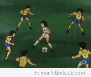 Andrés Iniesta solo rodeado de jugadores de italia es Oliver Aton de Oliver y Benji