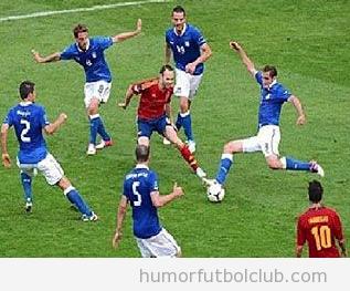 Andrés Iniesta solo rodeado de jugadores de italia es Oliver Atom de Oliver y Benji