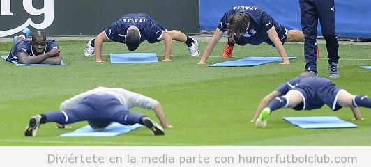 Foto graciosa de Balotelli sentado en un entrenamiento con Italia mientras  los demás hacen ejercicio Eurocopa 2012