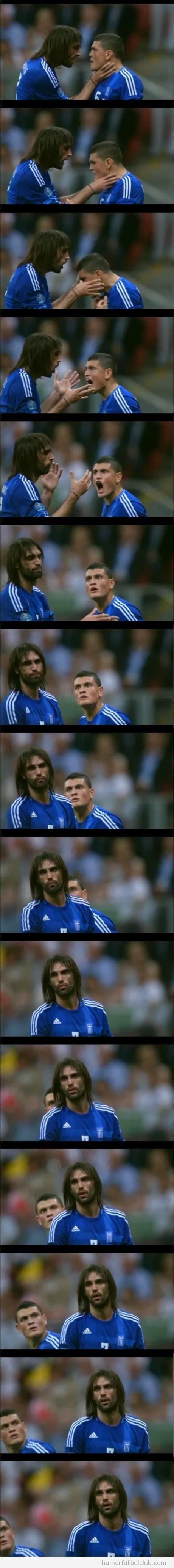 Futbolista Samaras coge del cuello a su compañero de equipo Papadopoulos en Eurocopa 2012