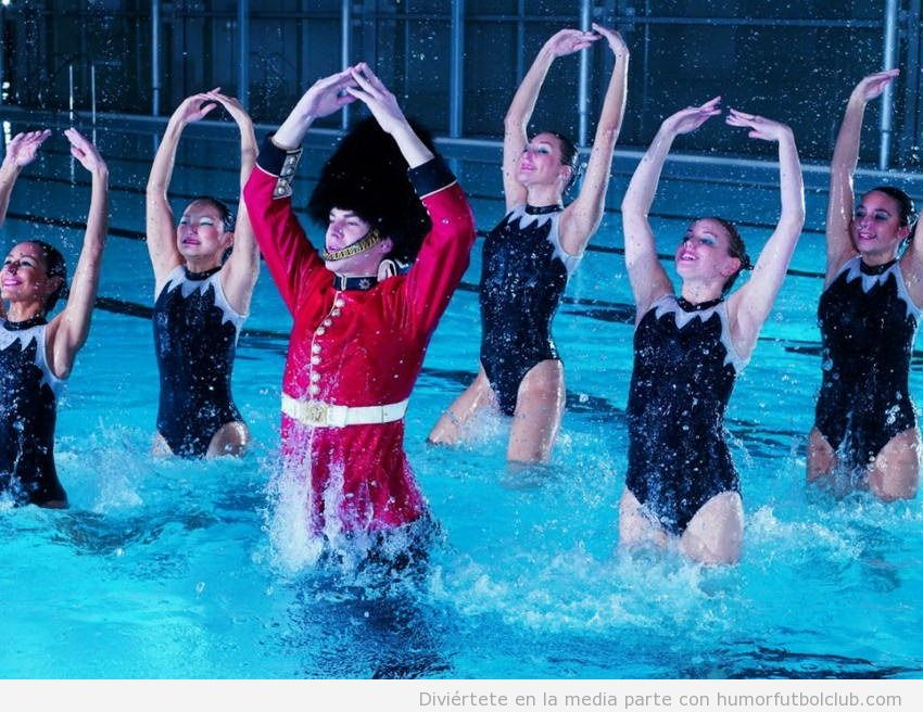 Guardia Real de London haciendo una rutina de natación sincronizada con nadadoras