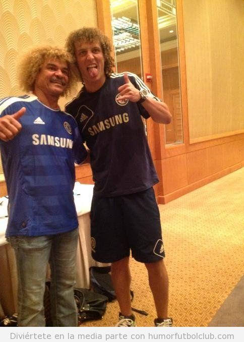 Los futbolistas David Luiz y Valderrama juntos en una foto con el mismo peinado