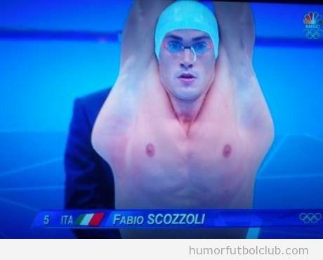 Foto curiosa del nadador italiano Fabio Scozzoli en pruebas natación Juegos Olímpicos 2012