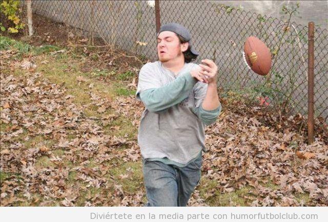 Chico hace un fail intentando atrapar un balón de fútbol americano
