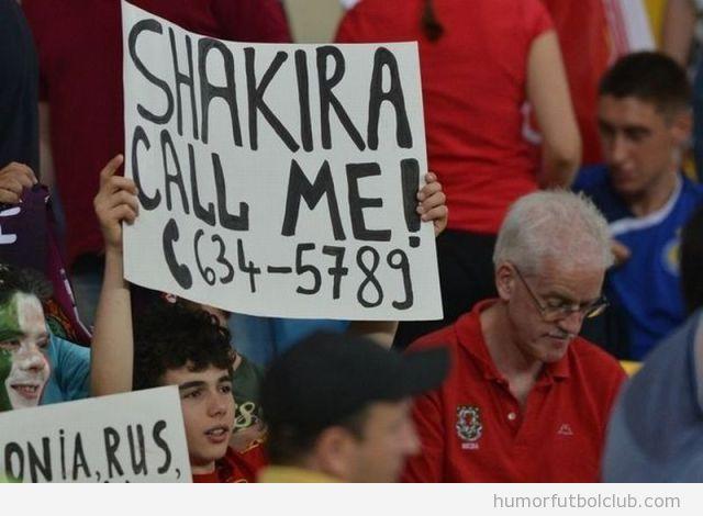 Foto graciosa aficionado Eurocopa  con cartel Shakira call me y su teléfono