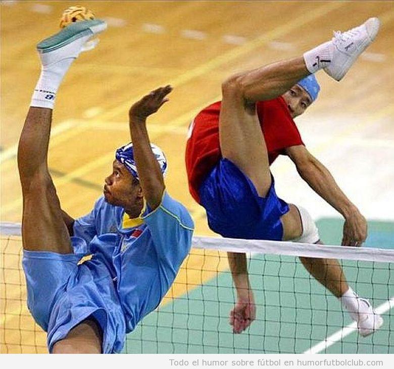 Dos chicos asiáticos jugando a una modalidad parecida al fútbol y al voley, el sepak takraw