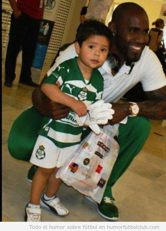 Felipe Baloy, futbolista del Santos Laguna, posa en una foto con un niño y la revista Play Boy