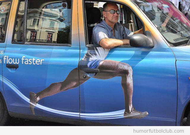 Foto graciosa de un taxista con la pegatina de un atelta en su coche, Juegos Olímpicos 2012 Londres