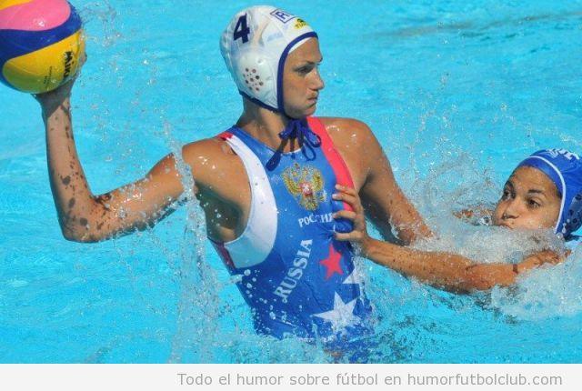 Una jugadora le toca un pecho a una waterpolista del equipo Ruso JJOO 2012