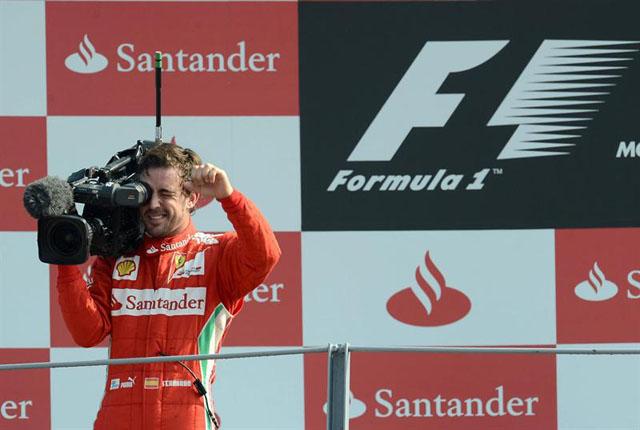 Fernando Alonso cogiendo la cámara en el premio de Formula 1 de Italia