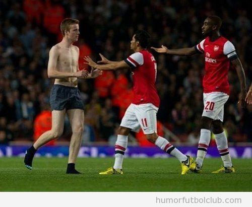 Un chico en calzoncillos salta como espontáneo durante un partido del Ársenal