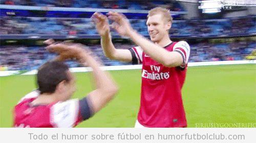 Santi Cazorla choca los cinco a su compañero en el Manchester United  Per Mertesacker