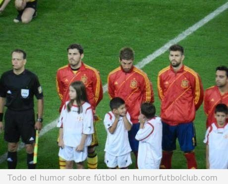 Foto divertida de Serio Ramos mirando a los nios antes del partido Georgia Espaa