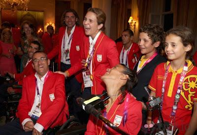 Foto de la infanta Cristina y Felipe juan Froilán viendo los juegos paraolímpicos