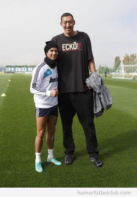 Foto graciosa y curiosa de Cristiano Ronaldo con el jugador de basket chino Sun Mingming