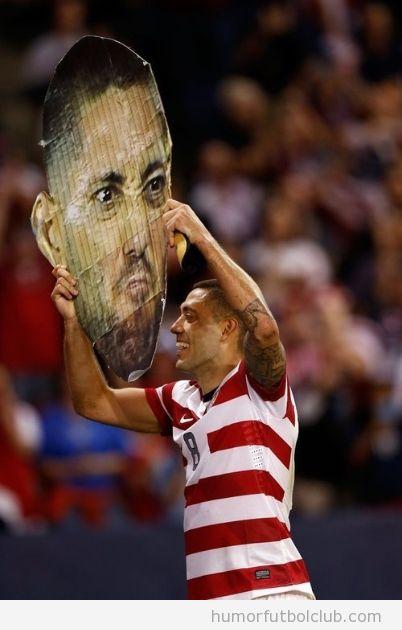 El jugador estadounidense Clint Dempsey sostiene un poster con su cara gigante
