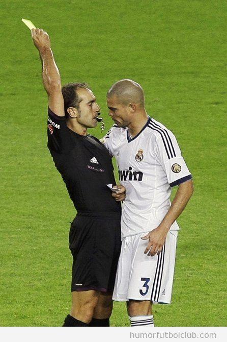 Foto divertida de Pepe agarrando al árbitro por detrás cuando le saca tarjeta amarilla en el Barça Real Madrid