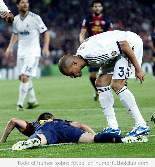 Foto graciosa de Pepe mirando a Iniesta en el suelo en el Barça Real Madrid