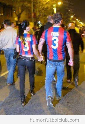 Pareja de novios culés que van al campo con la camiseta de Shakira y Piqué