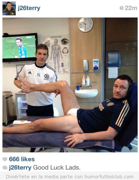 Foto extraña que John Terry sube a Instagram, semi desnudo en una camilla