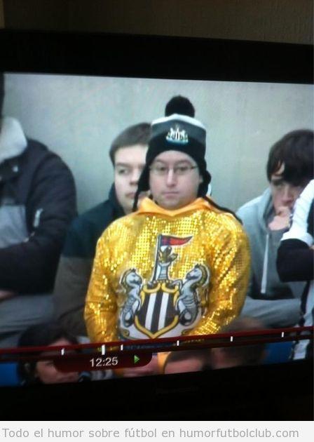 Aficionado del Newcastle con una chaqueta dorada fea