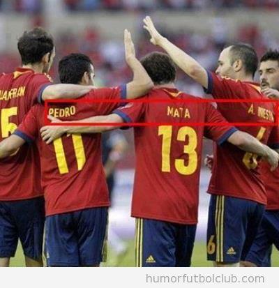 Foto graciosa y curiosa de la Selección España, Pedro mata a Iniesta