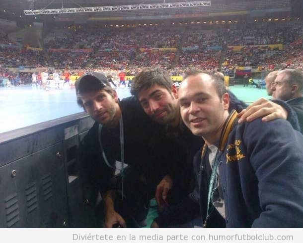 Iniesta viendo la final mundial balonmano Espaa Dinamarca