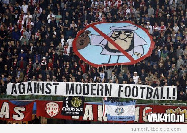 Pancarta Against Modern Football del Ajax contra Manchester City