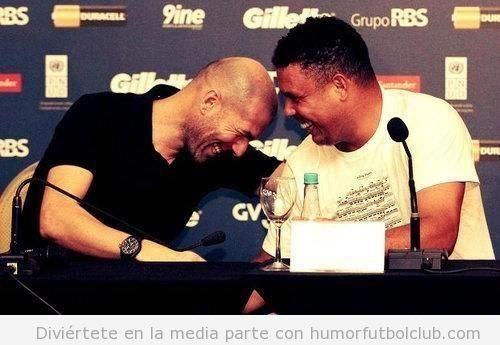 Zidane y Ronaldo juntos riéndose en una rued<a de prensa