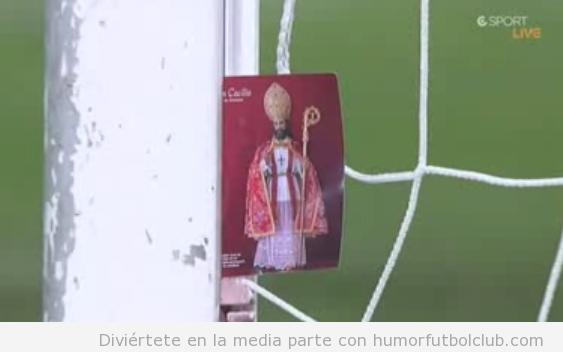 El portero del Ganada, Toño, coloca una estampita de San Cecilio en la portería vs Real Madrid