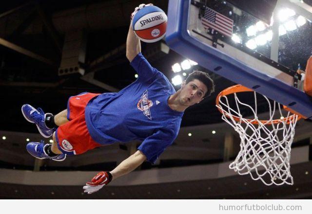 Foto curiosa de un mate de baloncesto en horizontal