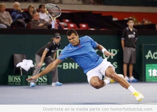 Imagen divertida y WTF de un tenista con raqueta volando