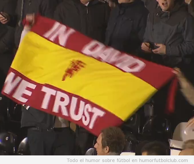 Aficionados del Manchester United con bandera de España In David We Trust