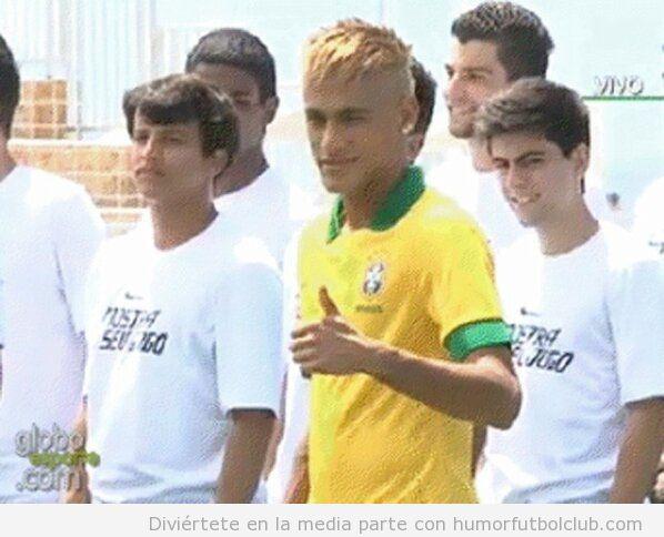Neymar posando como modelo con la nueva camiseta Brasil 2013