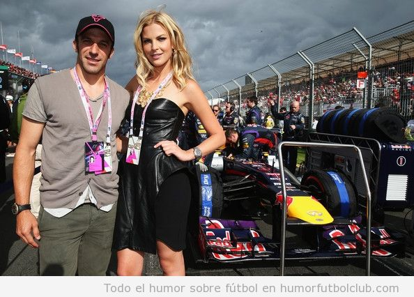 Alessando del Piero con la modelo Scanlan y el coche de Vettel