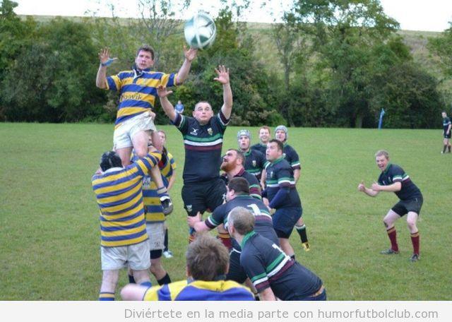 Foto divertida de un chico jugando a rugby