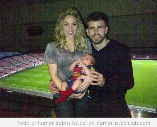 Shaklira, Piqué y su bebé Milan en el Camp Nou después de la victoria ante el Ac Milan