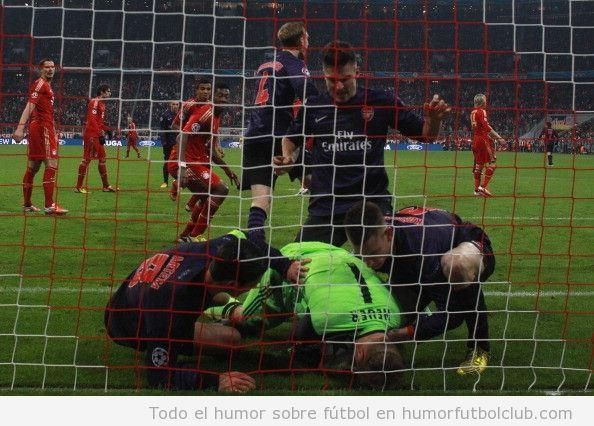 Jugadores del Arsenal intentando quitar el balón de las manos al portero del Bayern