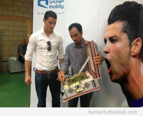 Foto en la que Cristiano Ronaldo recibe El Corn de regalo